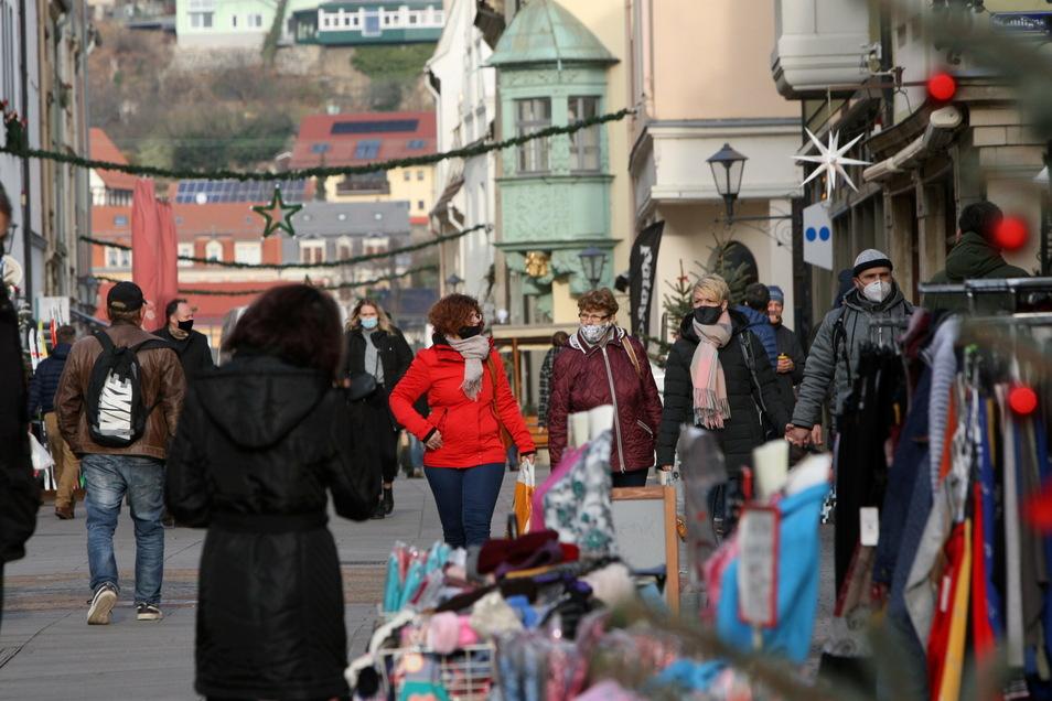 Gut besucht, aber nicht überrannt: Die Geschäfte am Sonnabend in der Pirnaer Innenstadt.