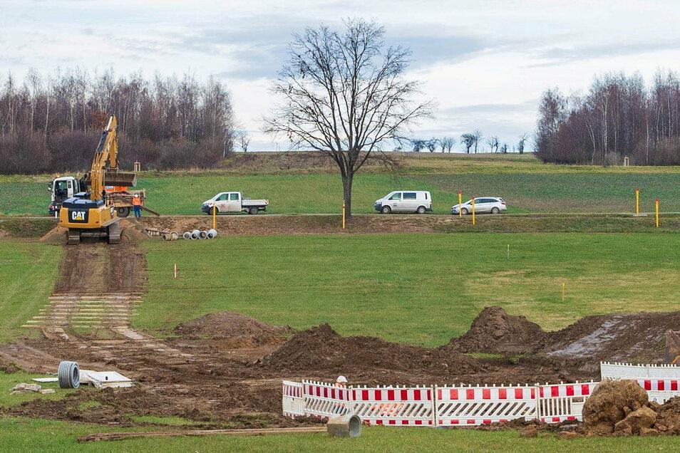Auf einigen Metern wird die Erdgasleitung bei Birkenhain wieder frei gelegt.