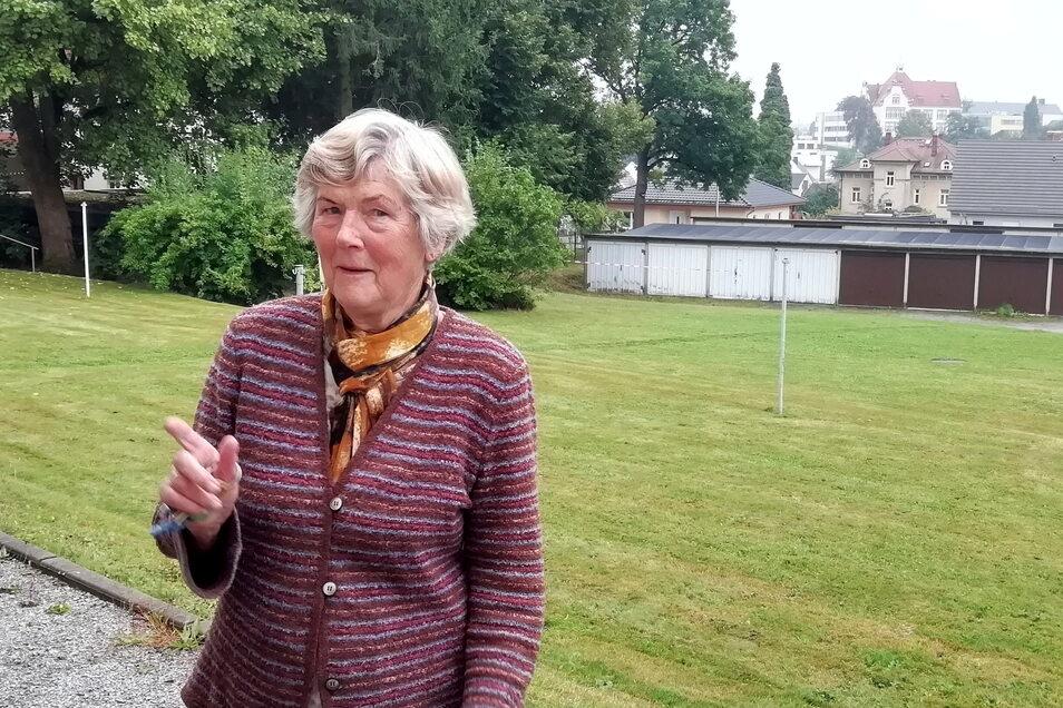 Christa Schuster steht vor der Garagenanlage, in der die Tat passiert ist. Sie berichtet, auf dem Gelände einen jungen Mann beobachtet zu haben, den sie vorher noch nie dort gesehen hatte.
