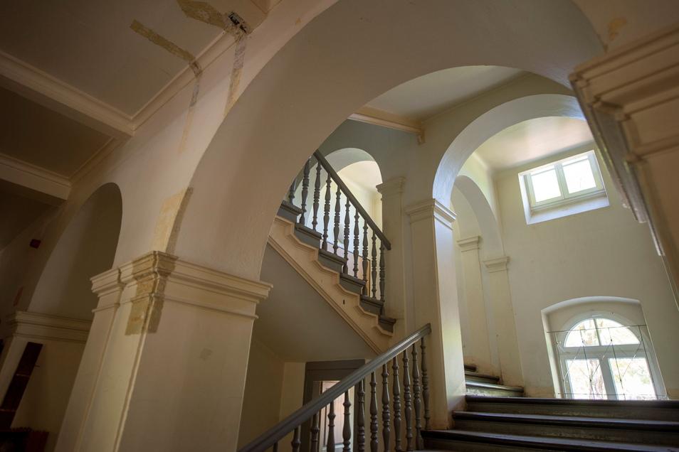 Das schöne Schultreppenhaus wird so erhalten und bekommt lediglich als Feuerschutzabgrenzung zum Flur Glaswände.