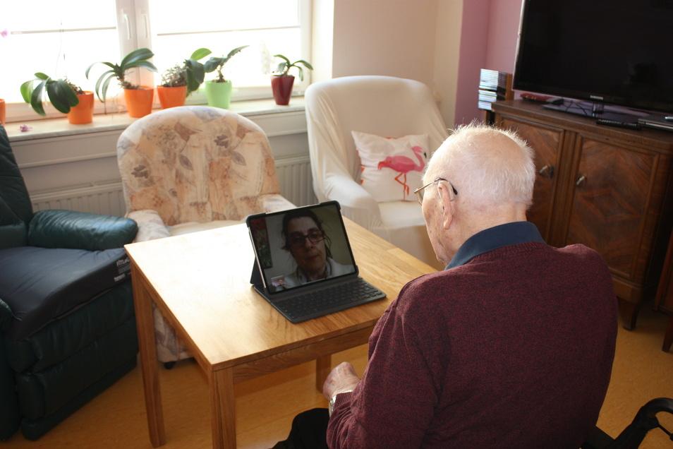 Heike Stoyan telefoniert per Video mit ihrem Opa Günther im advita-Haus Am Speicher. Besuchen darf sie ihn derzeit nicht.