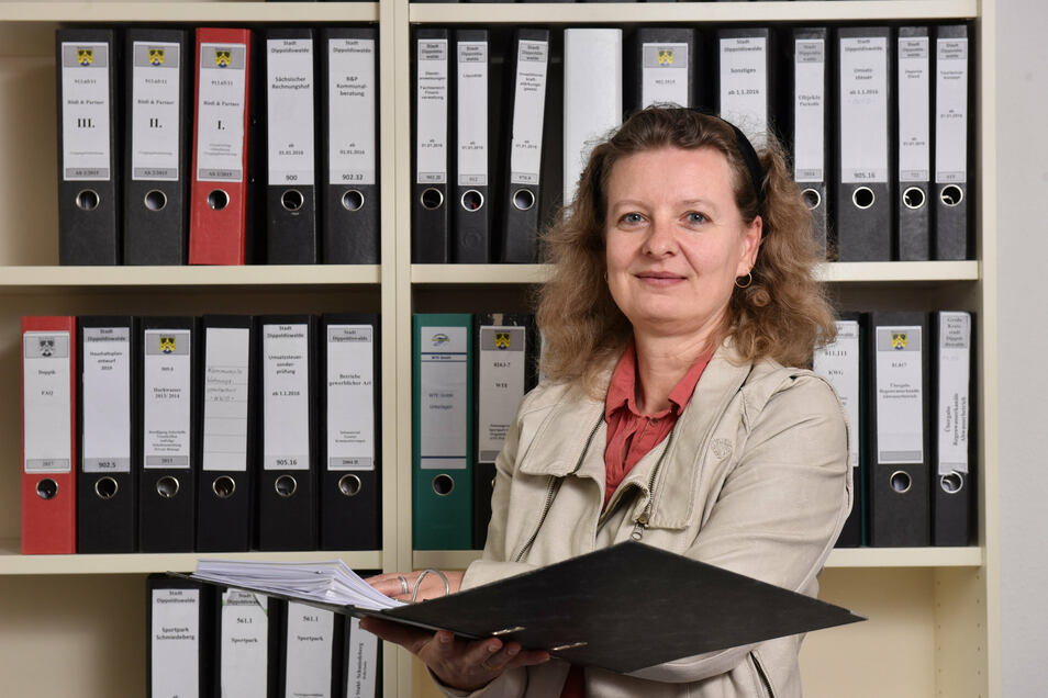 Cornelia Eichler, die für die Finanzen der Stadt Dippoldiswalde verantwortlich ist, berät wöchentlich mit Oberbürgermeisterin Kerstin Körner, wie die Stadt auf die finanziellen Folgen der Corona-Krise reagieren soll.