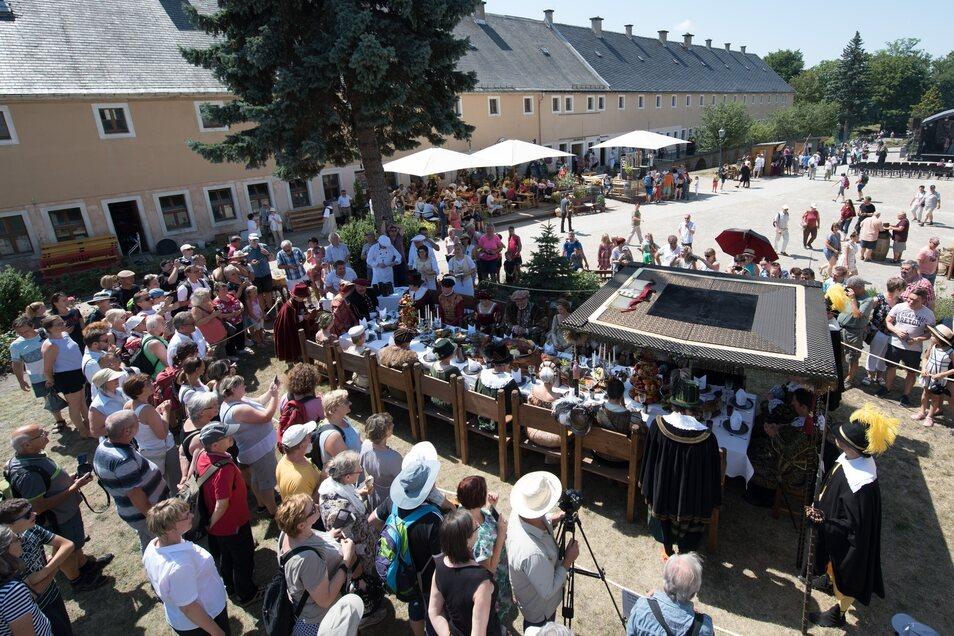 Vor mehreren tausend Zuschauern findet das Fest anlässlich des 400. Geburtstags der Johann-Georg-Burg statt.