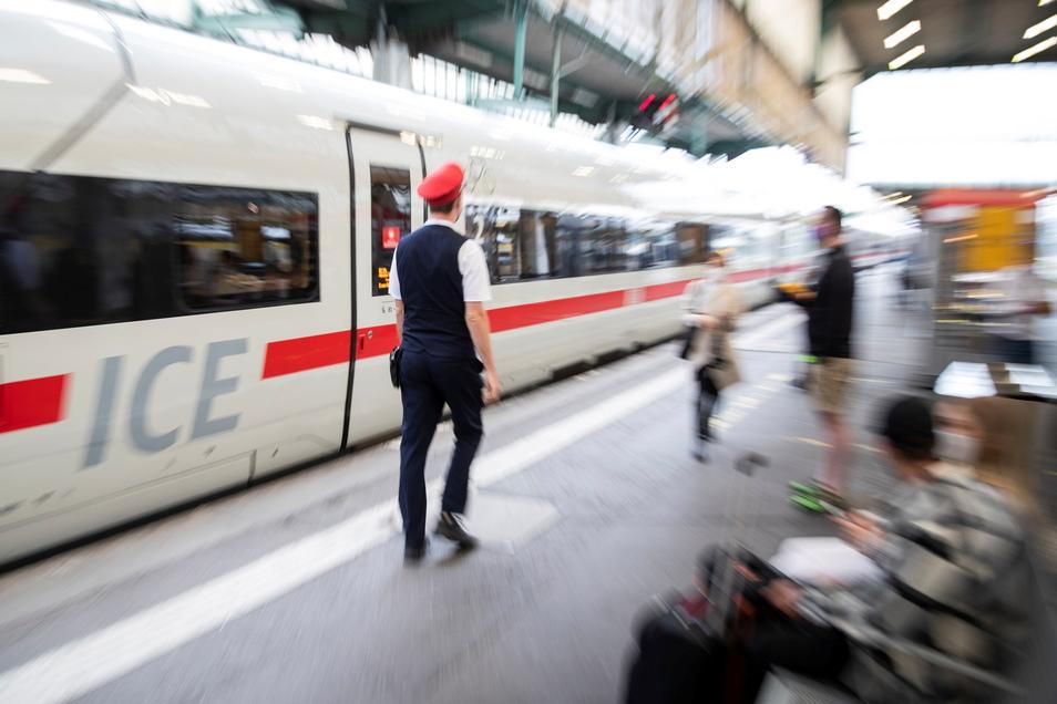 Die Deutsche Bahn erhöht die Fahrpreise. Sie steigen am 12. Dezember im Durchschnitt um 1,9 Prozent, wie das Unternehmen am Freitag in Berlin mitteilte.