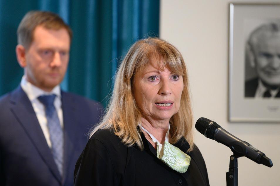 Michael Kretschmer (CDU), Ministerpräsident von Sachsen, und Petra Köpping (SPD), Sozialministerin von Sachsen, sprechen nach dem Abschluss eines Treffens mit Landräten und Bürgermeistern in der Sächsischen Staatskanzlei auf einer Pressekonferenz.