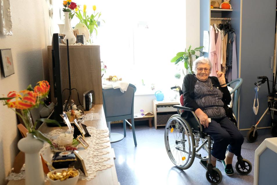 Käte Juttner in ihrem Zimmer im Senioren-Park carpe diem in Meißen. Besuch ist dieser Tage selten. Das Heim hat seine Türen geschlossen, dadurch sollen die Bewohner vor einer Coronainfektion geschützt werden.