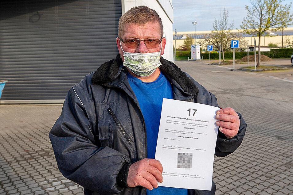 Der Erste nach den Johanniter-Mitarbeitern am Montagfrüh: 7.06 Uhr hielt Steffen Pietzsch seinen Zettel mit dem QR-Code, über den er dann sein Ergebnis abrufen kann, in den Händen.