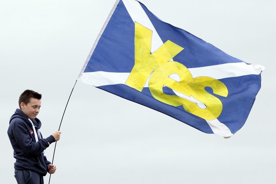 Ein Junge in Edinburgh hält eine schottische Flagge mit der Aufschrift «Yes» in den Händen. Das Land will ein neues Referendum über die Unabhängigkeit erreichen.