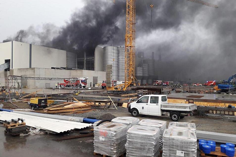 Dichte Rauchschwaden über der Papierfabrik Schwarze Pumpe. Glücklicherweise konnte der Brand rasch eingedämmt werden, ehe größerer Schaden entstand.