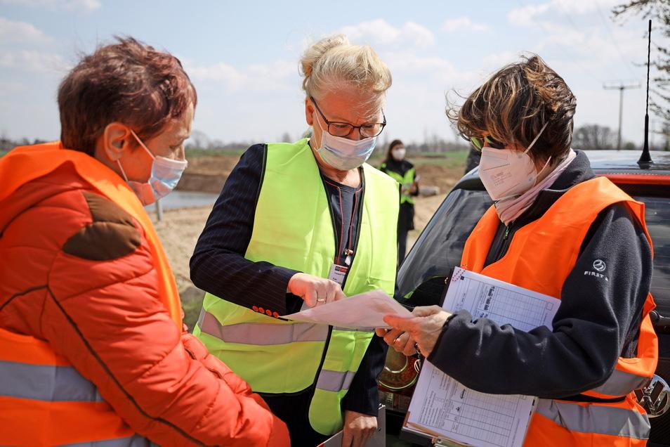Verkehrsplanerin Birgit Uhlig (Mitte) gibt letzte Einweisungen vor dem Start.