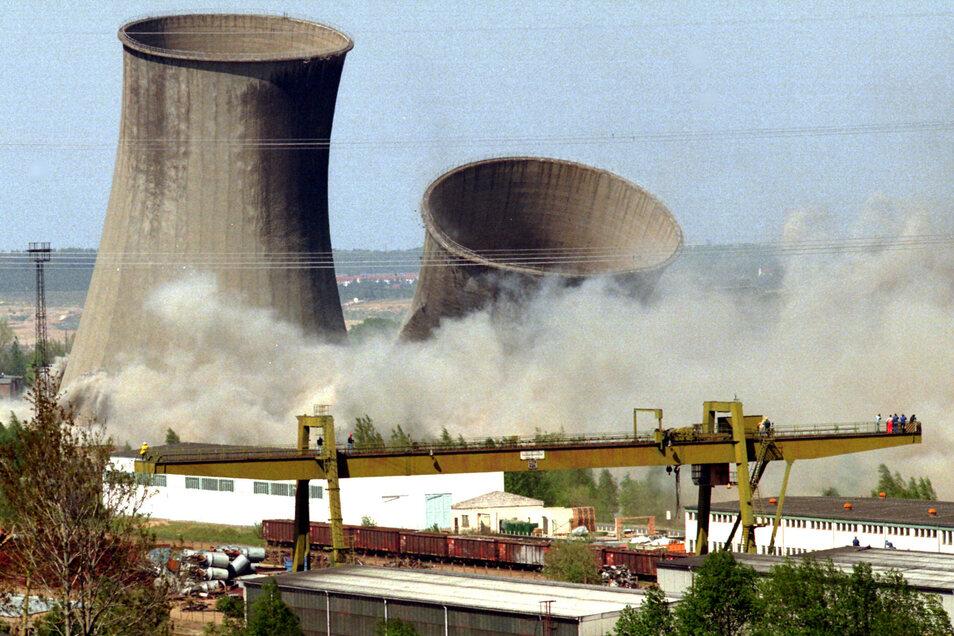 Die letzten vier Kühltürme des 1997 stillgelegten Kraftwerkes Hagenwerder wurden am 5. Mai 1999 gesprengt.