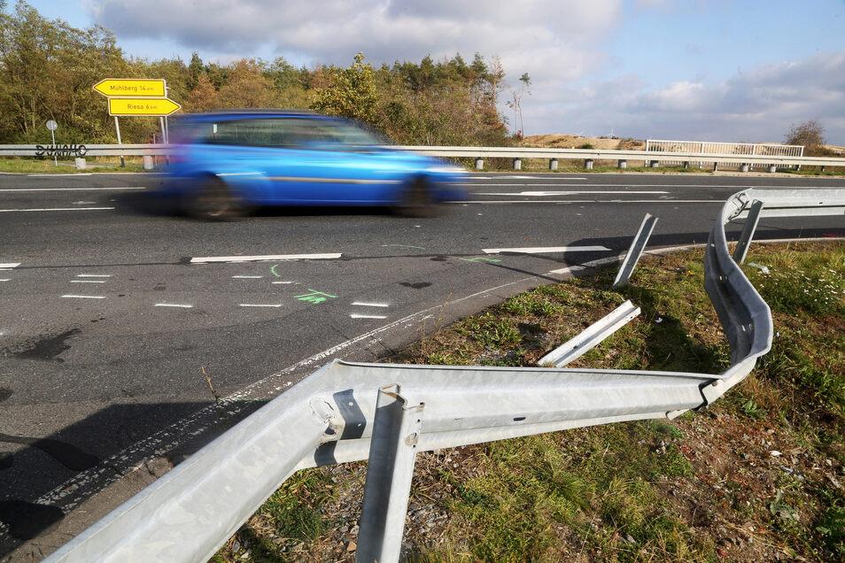 Die verbogene Leitplanke zeugt noch von dem Unfall.