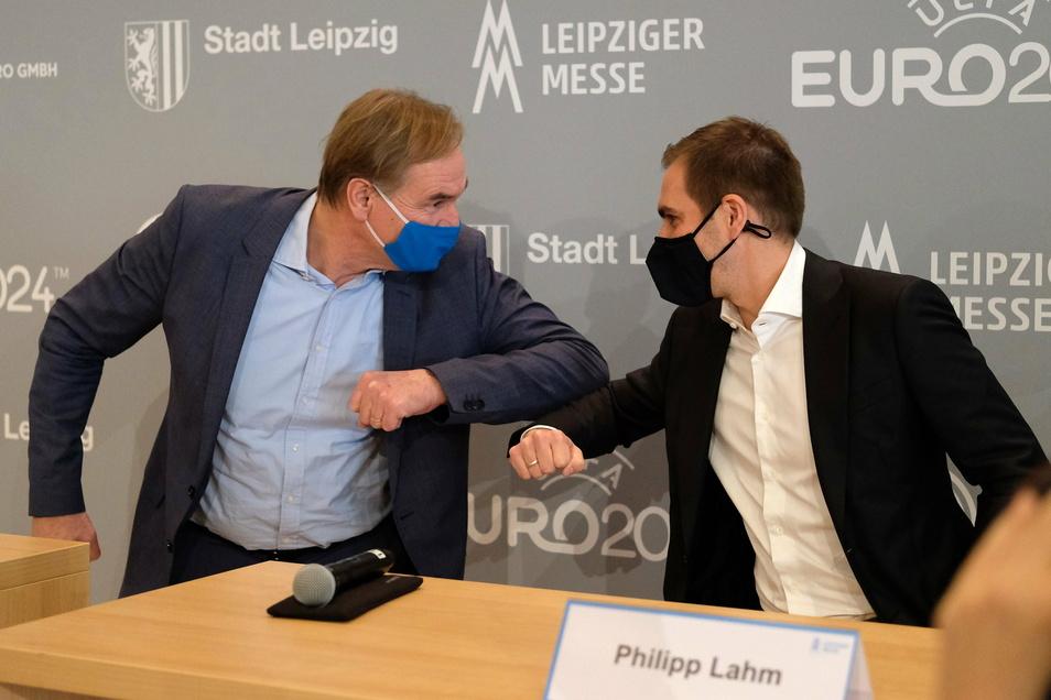 Begrüßung corona-konform: Leipzigs Oberbürgermeister Burkhard Jung und Philipp Lahm, deutscher EM-Organisations-Chef.