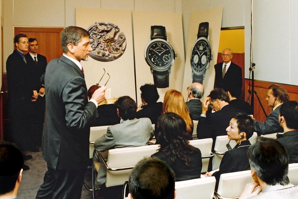 Günter Blümlein und Walter Lange präsentieren das Modell Datograph auf der Uhrenmessen Baselworld 1999.