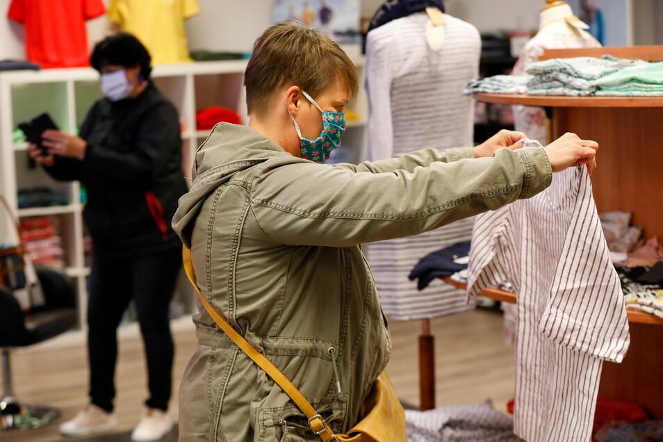 Stöbern mit Mundschutz: Kunden bei Verena Moden in Löbau auf der Bahnhofstraße.