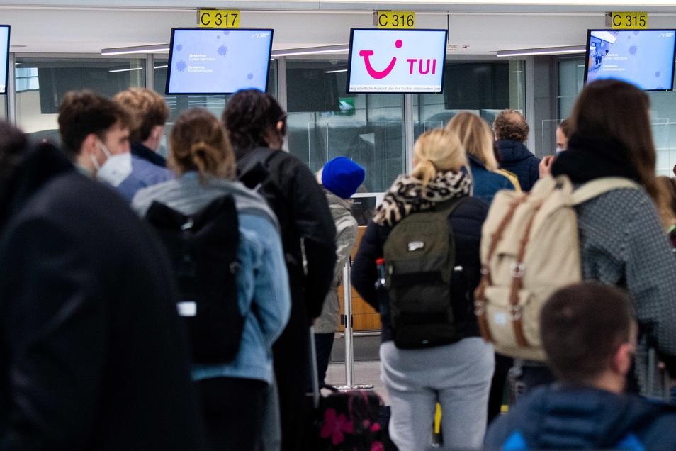 Passagiere stehen am Airport Hannover am Check-Inn für ihren Flug nach Palma de Mallorca.