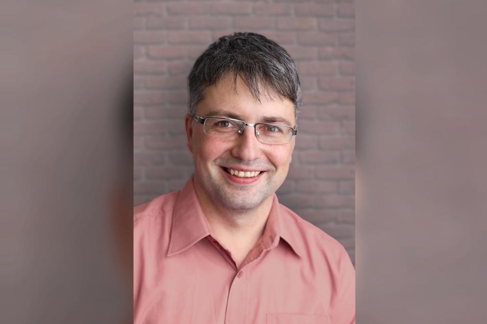 Cornelius Stempel: geboren 1979 als zweites von vier Kindern einer Pfarrersfamilie; aufgewachsen in Crostau, Lückendorf und Oderwitz, 1998 Abitur in Zittau, danach Magisterstudium der Geschichte und Politikwissenschaft in Leipzig.