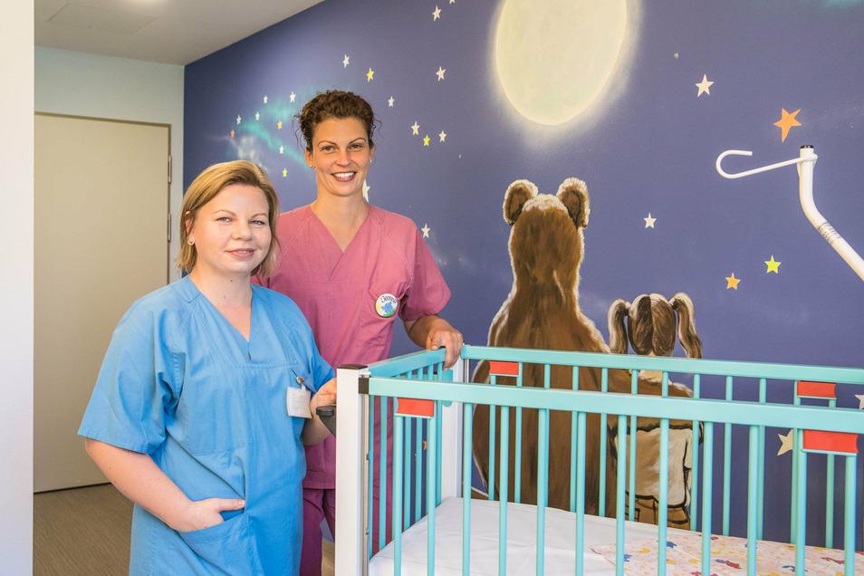 Anne-Katrin Winkelmann, Ärztin in der Kinderklinik (links), und Yvonne Weber, Stationsleitung der Kinderklinik, in einem Zimmer im neuen Frauen-Mutter-Kind-Zentrum im Görlitzer Klinikum.