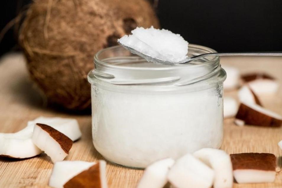 Kokosöl verleiht Essen eine exotische Note, es verfügt laut der Stiftung Warentest aber hauptsächlich über gesättigte Fettsäuren. Raps- oder Olivenöl ist gesünder.  Foto: Robert Günther/dpa-tmn