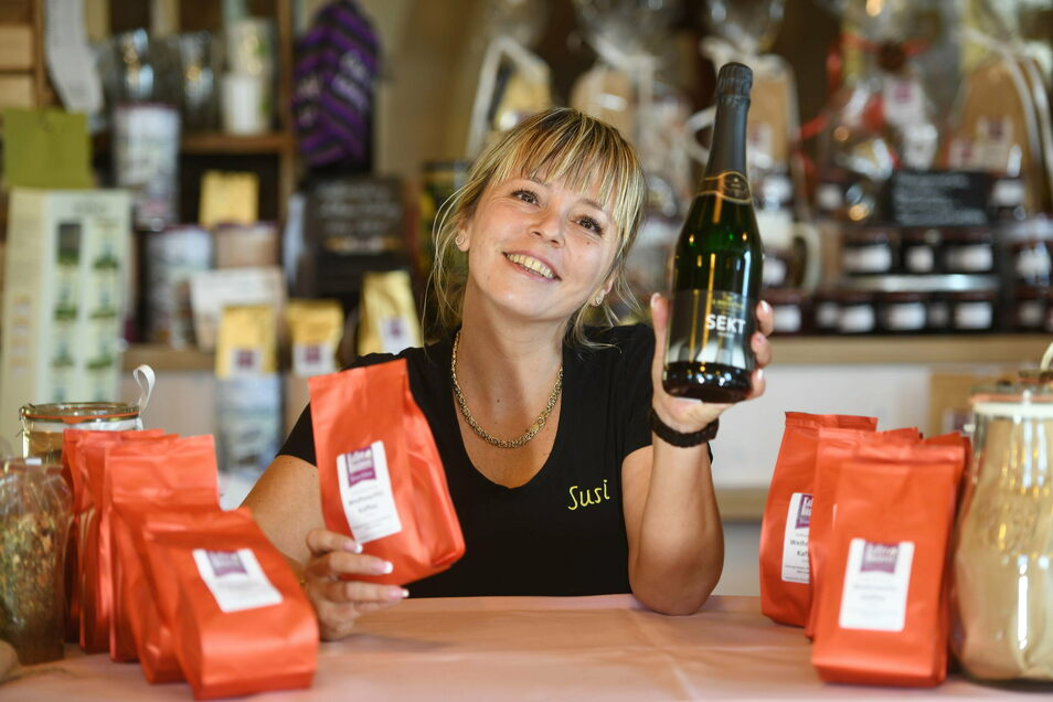 Susanne Pecha stellt für die Kunden in der Kaffee-Rösterei in Waltersdorf Präsente rund um die Bohne zusammen. Dazu gibt es auch einen Jahrgangssekt von Carl's Musik-Kaffee aus dem Bechstein-Haus..
