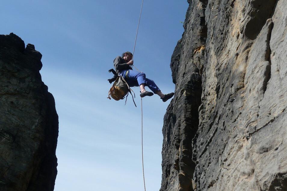 Der Schmilkaer Bergsportler Mike Jäger unterstützt die Beringungsaktion. Hier seilt er sich mit vier Falkenküken im Gepäck vom Nistplatz am Grenzturm ab.