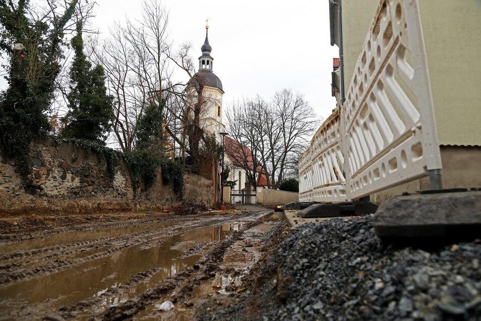 So sah es Ende 2017 an der Kirchstraße aus. Die Baufirma hatte den Ausbau der Straße gestoppt, Gottesdienste fielen aus und Anwohner mussten durch Schlamm laufen. Das juristische Nachspiel könnte nun ein Ende finden.