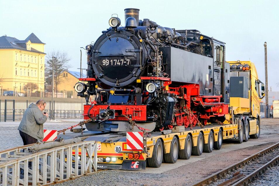 Über eine Rampe rollte die Lokomotive vom Anhänger des Transporters auf die Gleise der Schmalspurbahn in Radebeul-Ost.