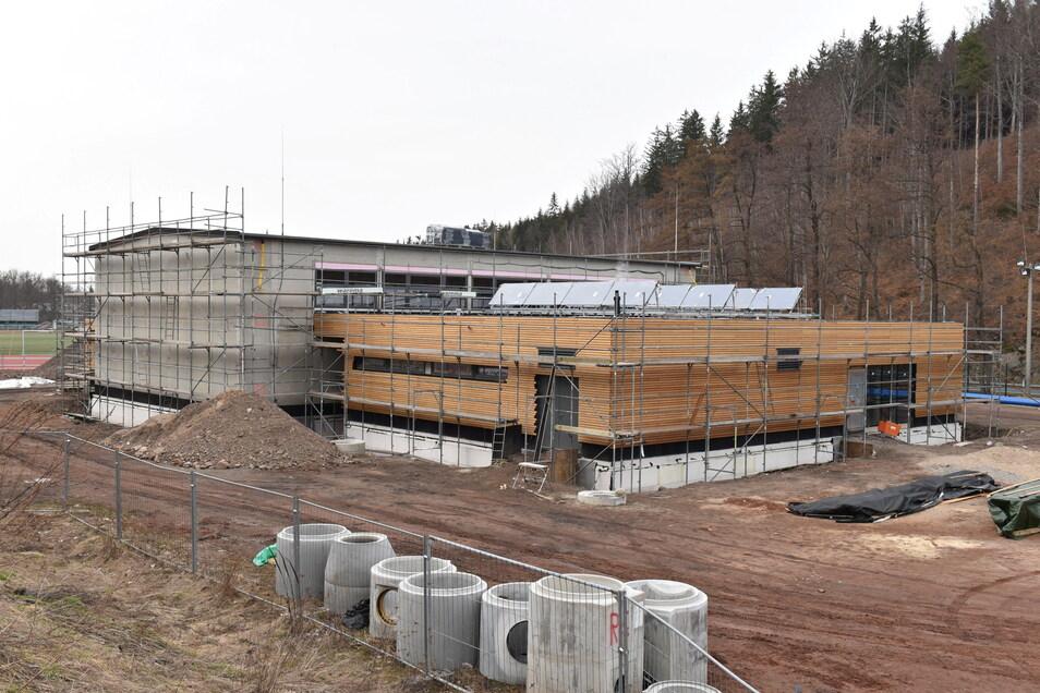 Die Bauarbeiten an der neuen Turnhalle in Schmiedeberg gehen gut voran. Die Außenfassade nimmt bereits Gestalt an.