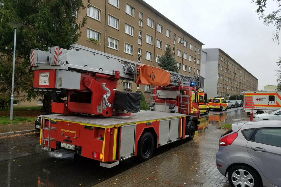 Unter anderem mit der Drehleiter waren die Kameraden der Döbelner Feuerwehr am Mittwoch gegen 11.30 Uhr an die Unnaer Straße nach Döbeln-Ost ausgerückt.
