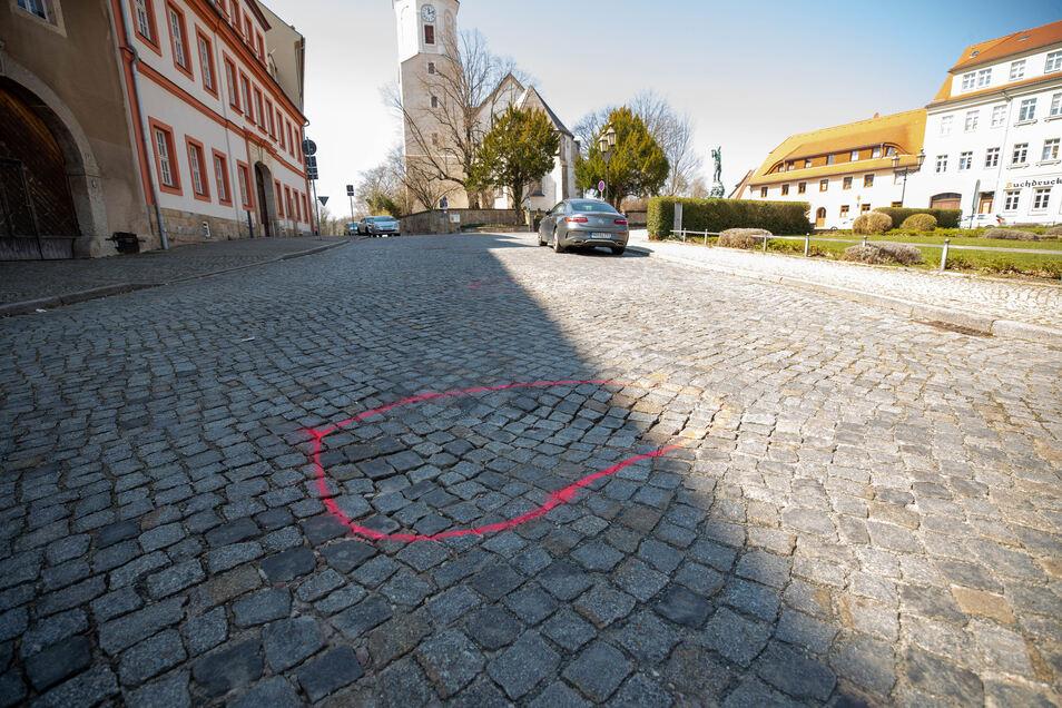 Insgesamt zwölf solche Markierungen befinden sich auf den Straßen rund um den Dohnaer Markt.