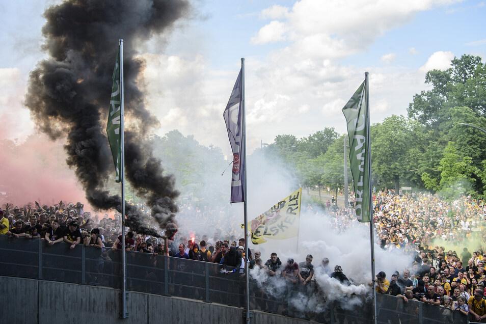 Am Ende raucht es noch einmal gewaltig vor dem Rudolf-Harbig-Stadion - und dann ist die Dynamo-Saison tatsächlich beendet.