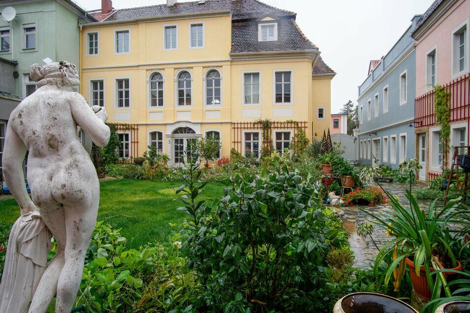So präsentiert sich das Palais beim Blick über den Innenhof.