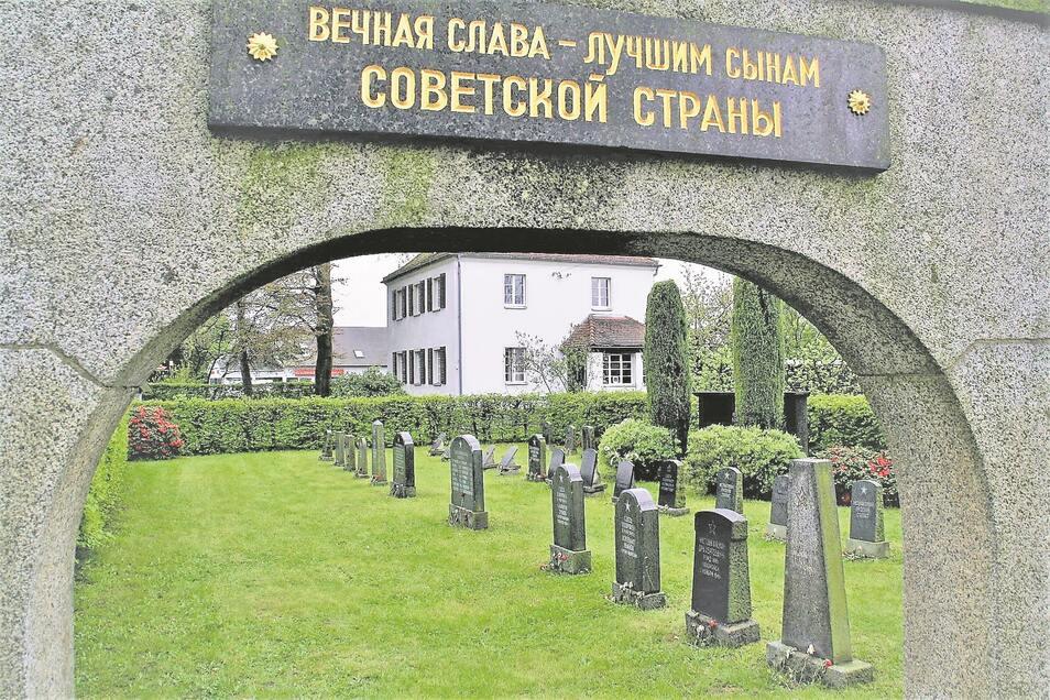"""Das Portal des Ehrenfriedhofes in Kottmarsdorf. Die Tafel mit der Inschrift """"Ewige Ehre den besten Söhnen des Sowjetlandes"""" ist aus poliertem Lausitzer Granit. Auch für die Grabsteine wurde überwiegend heimischer Granit verwendet."""