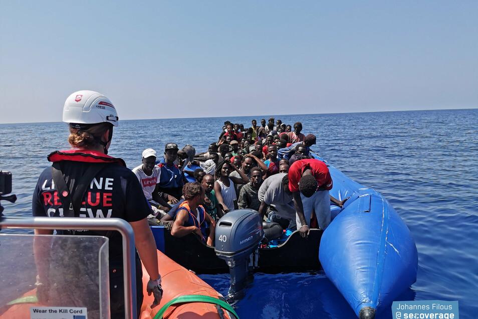 """Das Team von """"Mission Lifeline"""" bei einem ihrer Seenotrettungs-Einsätze."""