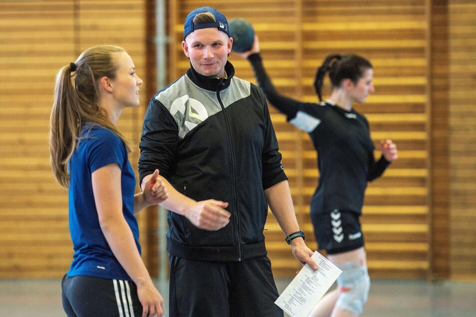 Bereit für die neue Saison. Handballtrainer Eric Kramer und seine Frauenmannschaft 1. Damen trainieren zweimal wöchentlich in der Nassauhalle Weinböhla.