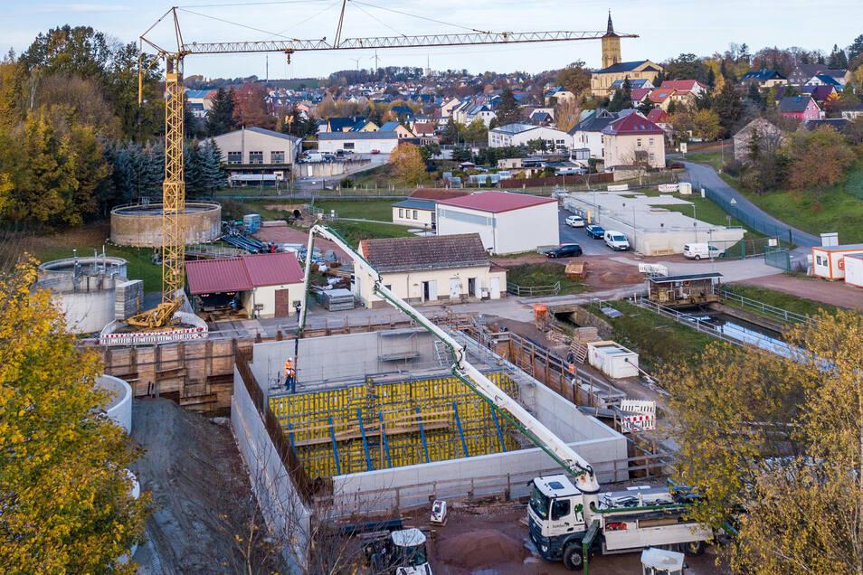 In der vergangenen Woche wurde die Mittelwand der beiden jeweils 13 mal 18 Meter großen und sechs Meter tiefen Belebungsbecken betoniert.