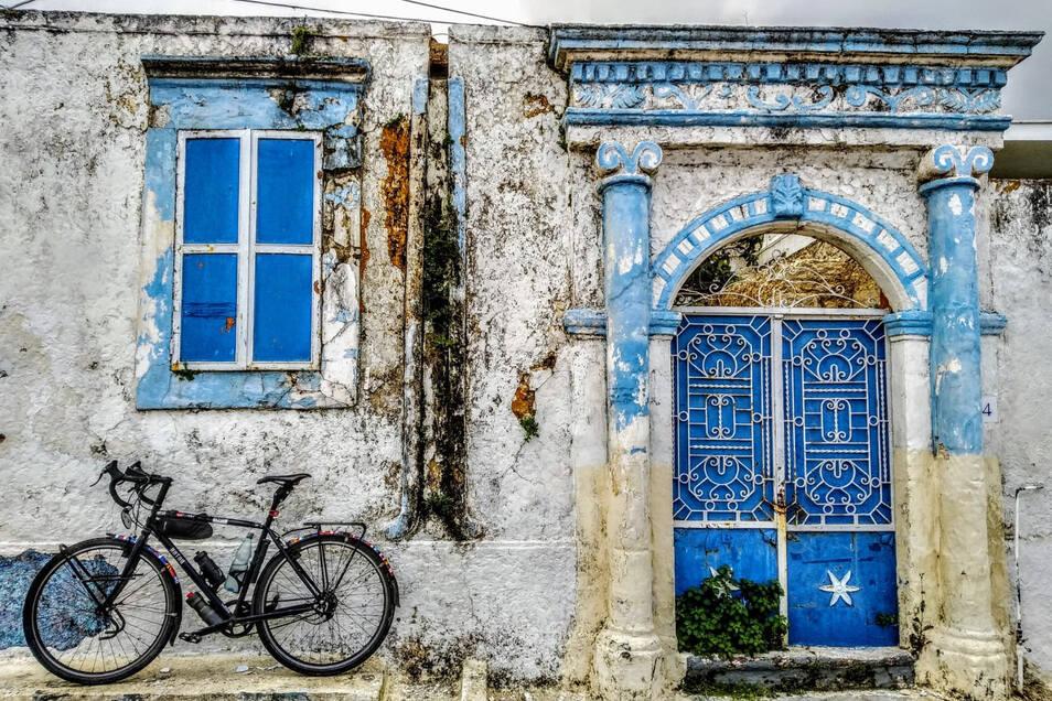 Wie aus dem Bilderbuch: Das Fahrrad von Maik Schätzel vor einer klassisch griechischen Kulisse in einem kleinen Dörfchen auf Rhodos.