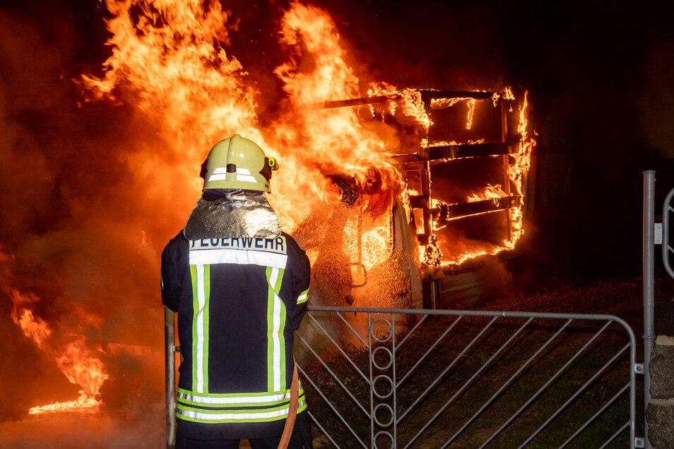 Im Bischofswerdaer Ortsteil Pickau brannte in der Nacht zu Donnerstag ein Kleintransporter.