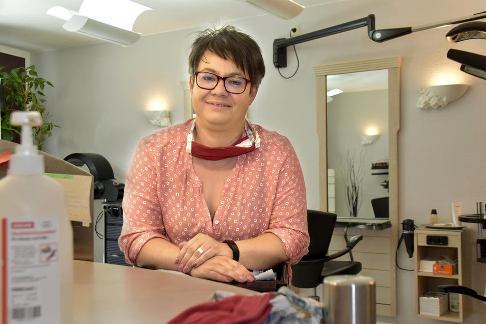 Frisörin Yvonne Tzschoppe bereitet in ihrem Geschäft in Radeberg alles für die Wiedereröffnung am Montag vor.