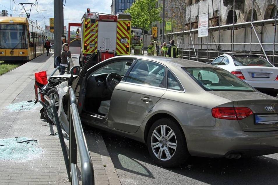 Das hin und her schlingernde Fahrzeug war nicht mehr zu bremsen und durchbrach eine Haltestellenabsperrung.