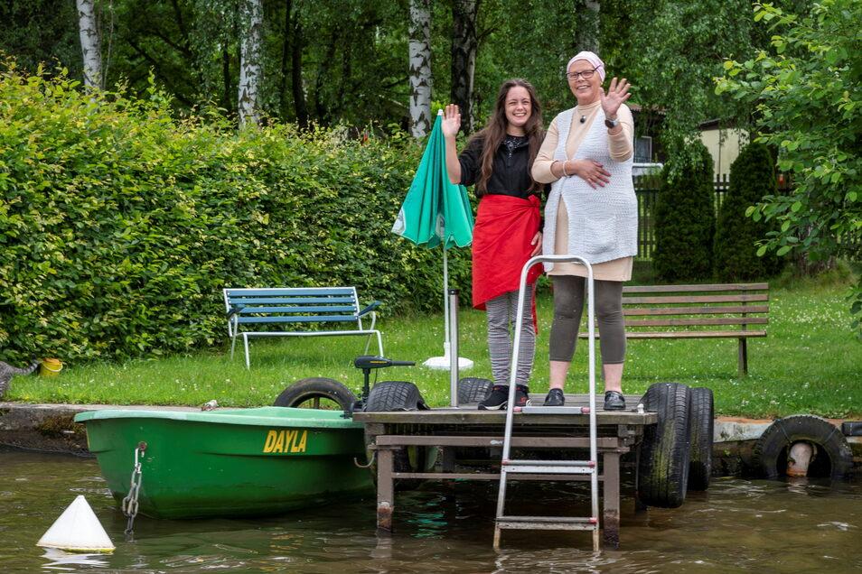Plötzlich ist die Brunnenquellklause auf einer Insel: Patrizia Cox (rechts) und Schwiegertochter Tina Smith-Reeves winken zum Abschied.