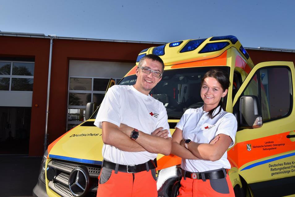 Zwei für alle Fälle: Die Rettungsassistenten Gina Wustmann und Robert Rudolph warten vor ihrem Einsatzfahrzeug in Freital auf den nächsten Alarm. In der brandneuen Hauptwache macht die Arbeit noch mehr Spaß.