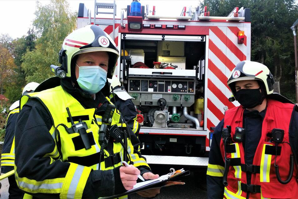 Der Oderwitzer Wehrleiter Alexander Pollier und Feuerwehrmann Clemens Rudolph nach dem Einsatz am Donnerstag.