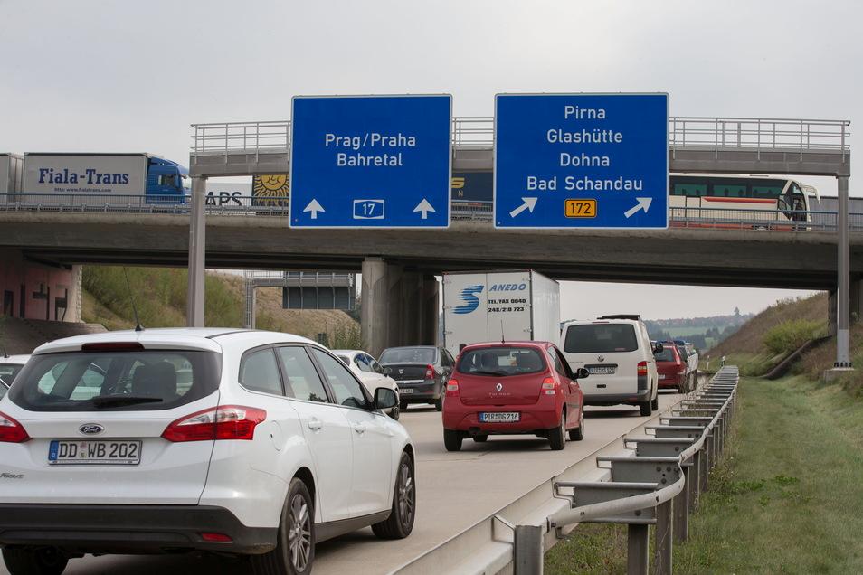 Viel los auf den Straßen des Landkreises: Die Zahl der zugelassenen Fahrzeuge steigt weiter.