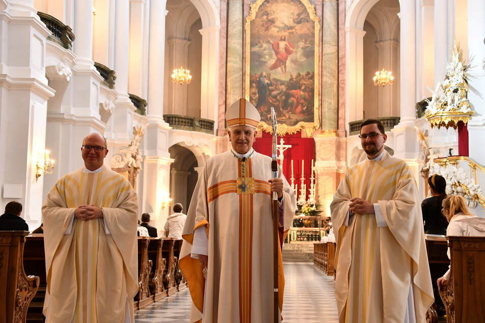 Der Dresdner Bischof Heinrich Timmerevers hat Michael H. Kreher (r.) und Vincent Piechaczek (l.) am 30. Mai in der Dresdner Kathedrale zu Priestern geweiht.