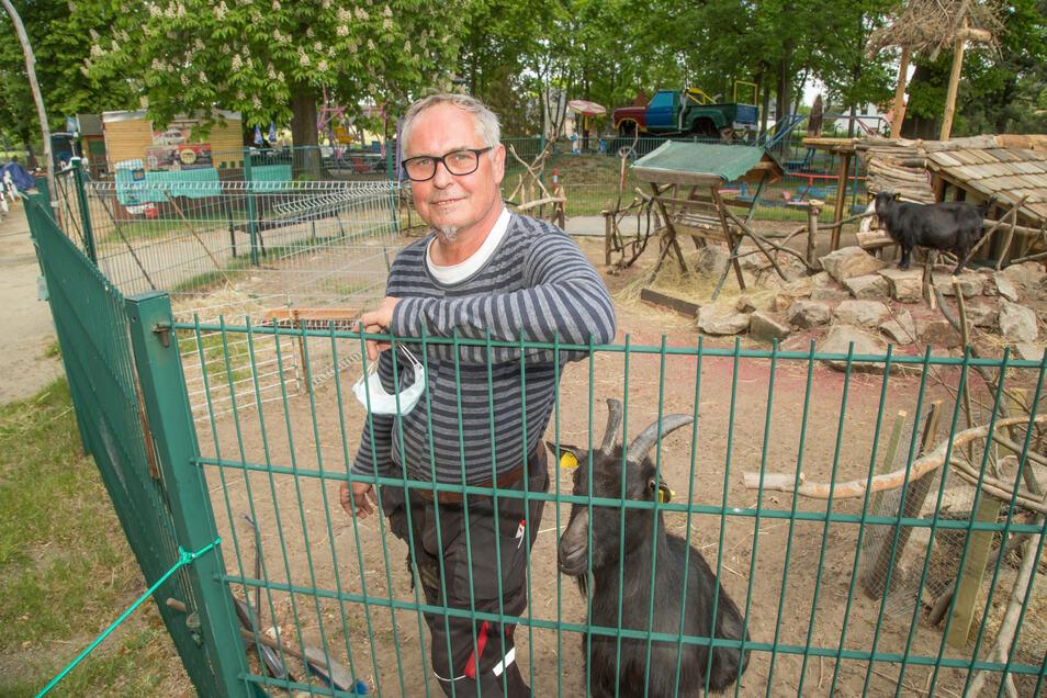 Peter Kuhnt leitet seit 2002 den Kinderspielpark in Kaltwasser. Zusammen mit Ziege Mathilde freut sich der Kaltwasseraner, dass die Besucher wieder in den Park und damit auch in das Ziegengehege kommen dürfen.