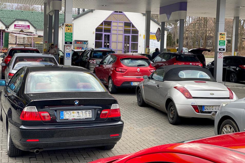 Schlangestehen am Freitagnachmittag an der Tankstelle in Varnsdorf, bevor um Mitternacht die Grenzen geschlossen werden.
