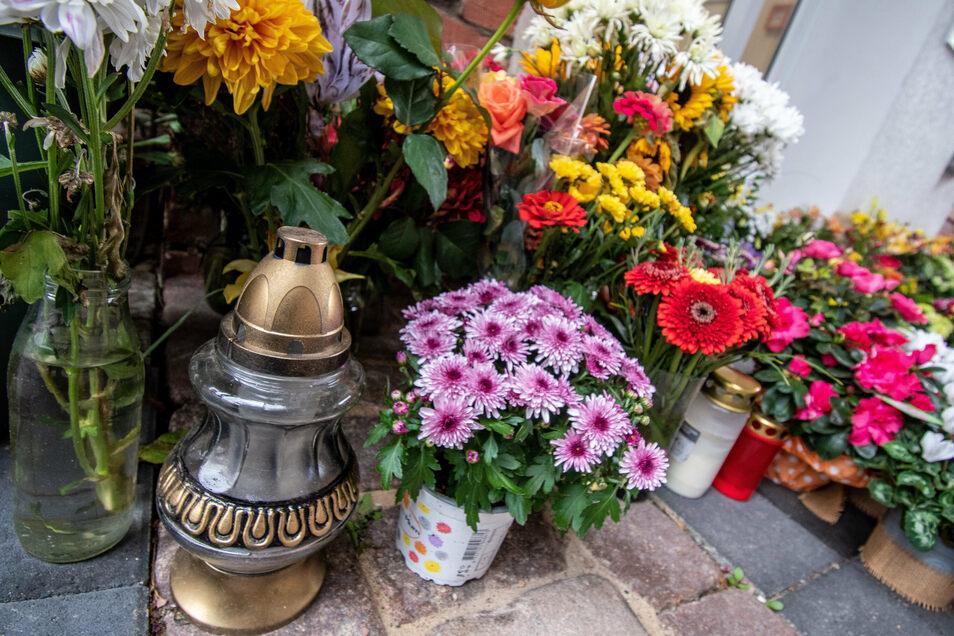 """Nach wie vor legen und stellen Patienten und Freunde Blumen am Gesundheitszentrum """"Alte Post"""" in Roßwein ab. Dort hatte sich Clemens Otto eine Praxis eingerichtet - nach seinem Geschmack und den Bedürfnissen seiner Patienten und Mitarbeiter."""