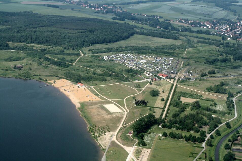 Blick aus luftiger Höhe auf den See-Campingplatz am Olbersdorfer See.