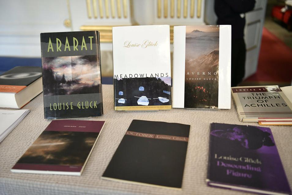 """Bücher von Poetin Louise Glück werden während der Bekanntgabe des Literaturnobelpreises 2020 ausgestellt. Darunter die Titel """"Ararat"""", """"Meadowlands"""" und """"Averno""""."""